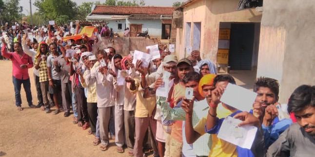 जमशेदपुर में दो गुटों में मारपीट, पुलिस ने लाठियां चलायीं