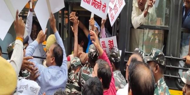 मनोज तिवारी के घर के बाहर AAP ने किया प्रदर्शन, बीजेपी नेता ने केजरीवाल सरकार पर लगाए थे भ्रष्टाचार के आरोप
