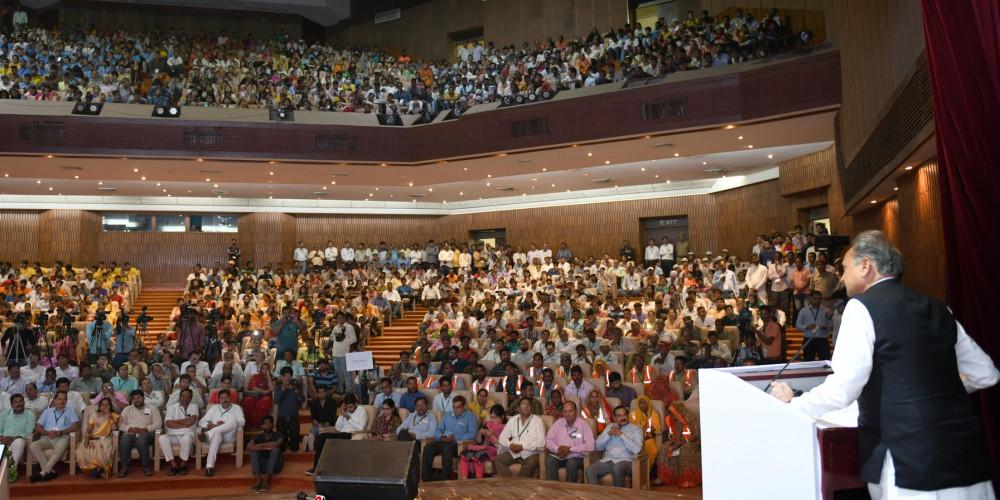 गहलोत ने कहा, 'इसरो को संस्था बने 50 साल हो गए, फिर भी लोग पूछते हैं कांग्रेस का काम