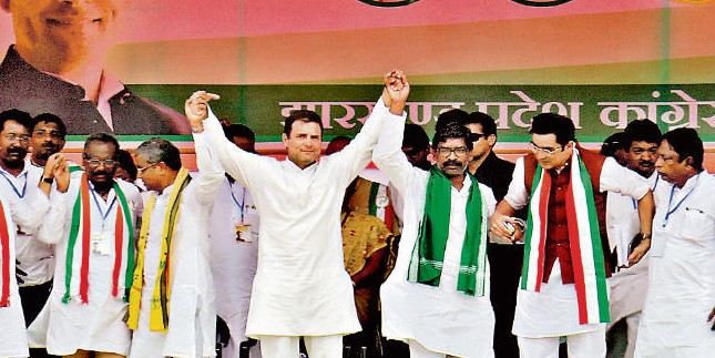 सिमडेगा में राहुल गांधी ने की चुनावी सभा, बोले, पीएम मोदी ने अमीरों में पैसे बांटे, हम गरीबों को देंगे