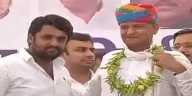 Rajasthan: NSUI workers garland CM Ashok Gehlot with lemons and chillies in Bhilwara