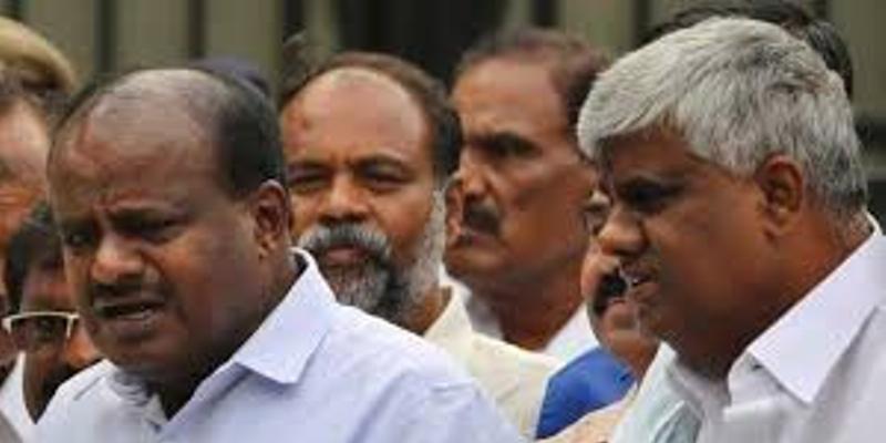 कर्नाटक संकट: स्पीकर की 'छुट्टी' से टला फैसला, क्या बचेगी कुमारस्वामी सरकार?