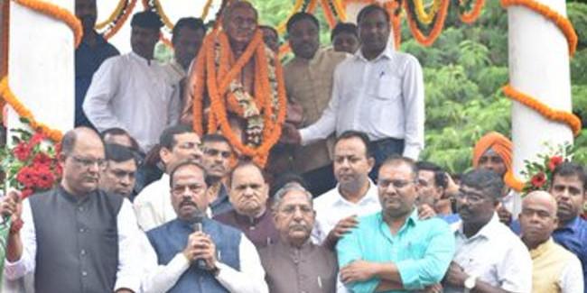 पंडित दीनदयाल की जयंती पर मुख्यमंत्री रघुवर दास ने किया कमल दूत कार्यक्रम का आगाज, 11 लोगों को दी साइकिल