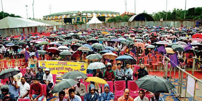पेंशन पर संघर्ष :बारिश के बीच की सभा, फिर सीएम आवास घेरने निकले, बीच रास्ते में ही पुलिस ने रोका