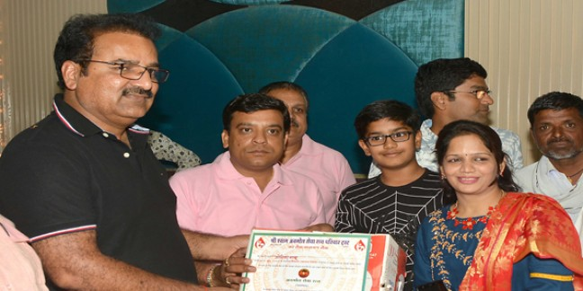 रक्तदाताओं को परिवहन मंत्री ने प्रदान किए हेलमेट