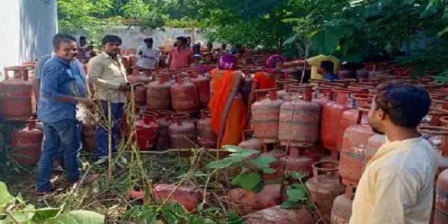 PM नरेंद्र मोदी के ड्रीम प्रोजेक्ट को पलीता, झाड़ियों में डंप मिले उज्जवला योजना के सिलेंडर