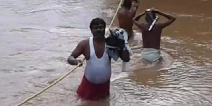 बाढ़ में खुद ही बूरे फंस गए लोगों को बचाने गए नेता जी, रेस्क्यू टीम ने ऐसे बचाई जान