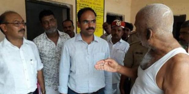 दलित बच्चों के साथ भेदभाव की जांच करने पहुंचे बसपा नेता, DM ने पूछे जूते के दाम