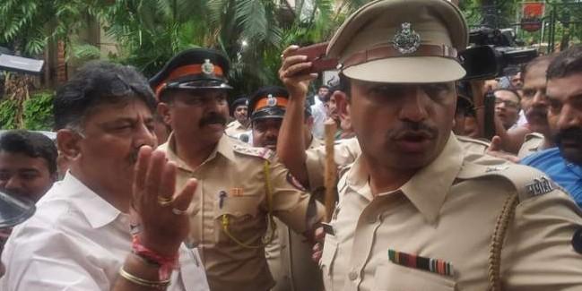 विधायकों को मनाने पहुंचे डी के शिवकुमार, पुलिस ने रोका, बागी बोले- महसूस हो रहा खतरा