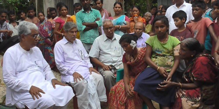 Manik Sarkar meets slain CPI (M) worker's family, slams govt