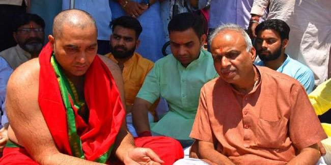 प्रधानमंत्री नरेंद्र मोदी की भाभी की अस्थियां गंगा में विसर्जित
