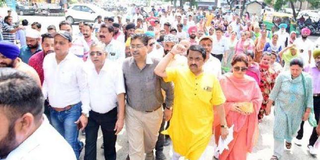 गंदे पानी व सीवरेज समस्या को लेकर BJP नेताओं का पंजाब सरकार के खिलाफ प्रदर्शन