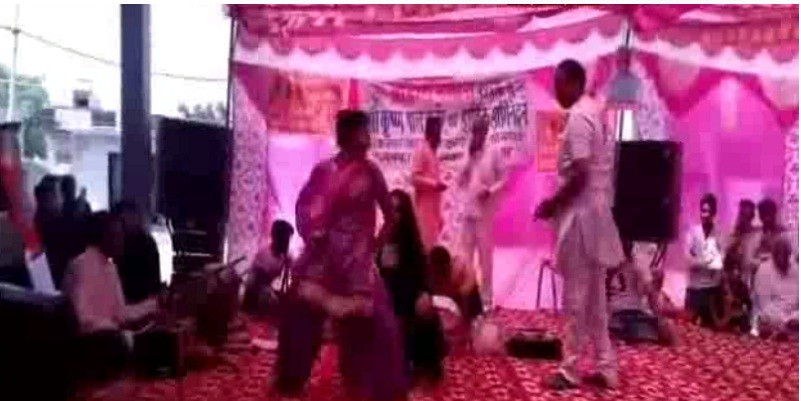 केंद्रीय मंत्री कृष्ण पाल गुर्जर की जनसभा में डांसरों पर जमकर बरसे नोट, अचार सहिंता की उड़ाई धज्जियां