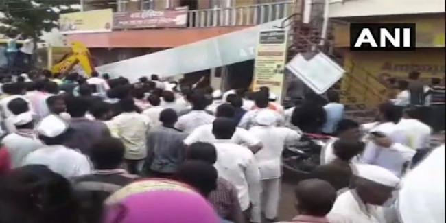 महाराष्ट्र के सोलापुर में बैंक ऑफ़ महाराष्ट्र की छत गिरी, 20 लोगों के फंसे होने की आशंका
