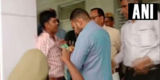 मुरादाबाद में चुनाव अधिकारी ने सपा को वोट देने को कहा तो BJP समर्थकों ने पीटा