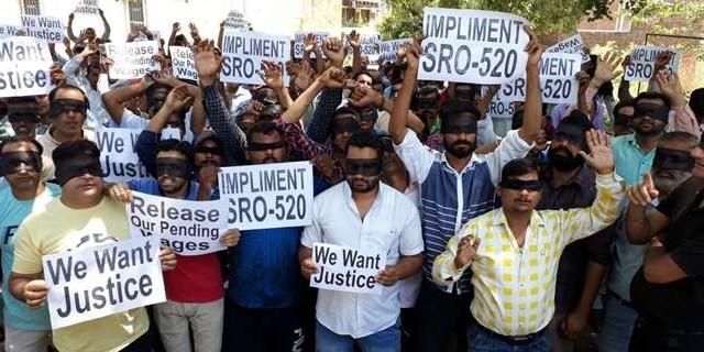 पीएचई अस्थायी कर्मियों ने आंखों पर पट्टी बांध सरकार की अनदेखी को उजागर किया