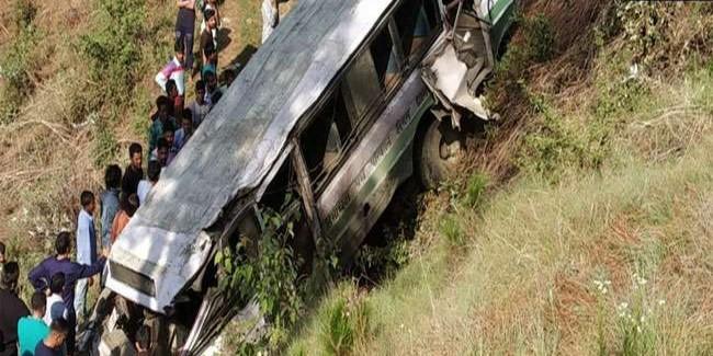 शिमला बस हादसे में ड्राइवर समेत दो स्कूली बच्चों की मौत, भीड़ ने वाहन तोड़े; शिक्षा मंत्री को घेरा अब सीएम मौके पर