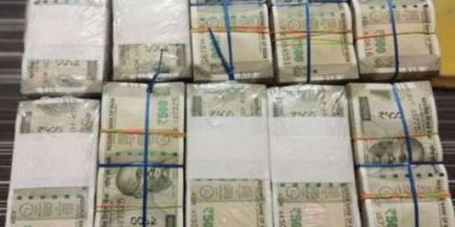 कोलकाता में वाहन में लाखों रुपये नगद ले जा रहे तीन गिरफ्तार