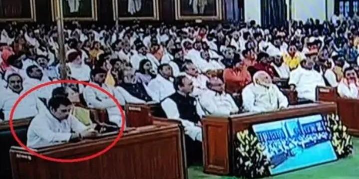 राष्ट्रपति के अभिभाषण के दौरान राहुल गांधी मोबाइल में क्या देख रहे थे?