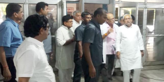 मुख्यमंत्री पहुंचे SKMCH, बच्चों को देखने सीधे ICU में गये, लोगों का फूटा गुस्सा, किया हंगामा