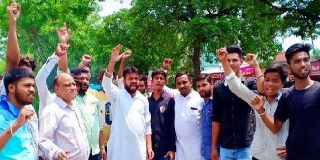 भाजपा ने अरविंद केजरीवाल का फूंका पुतला, मंदिर गिराने के लगाए आरोप
