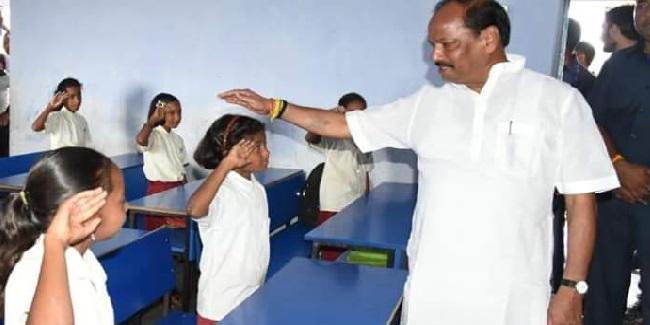 राजनगर में स्कूल के बच्चों से मिले सीएम रघुवर दास पूछा, मास्टर जी रोज स्कूल आते हैं ?