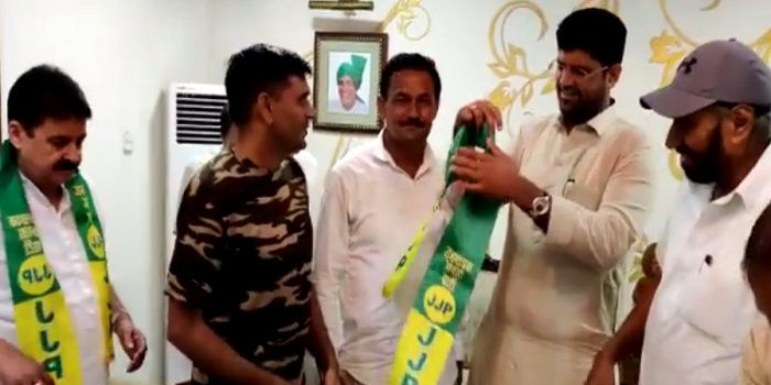 तेज बहादुर जेजेपी में शामिल, CM खट्टर के खिलाफ करनाल से लड़ेंगे चुनाव