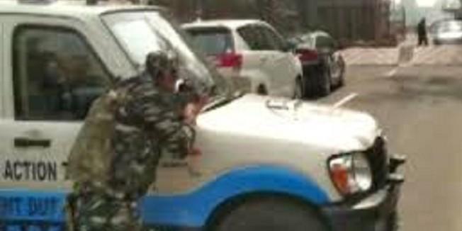 संसद में बैरिकेड से टकराई सांसद की कार, हाई अलर्ट पर सुरक्षा व्यवस्था
