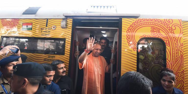 पहली निजी ट्रेन तेजस एक्सप्रेस का रेलवे यूनियनों ने किया विरोध, लगाया निजीकरण का आरोप