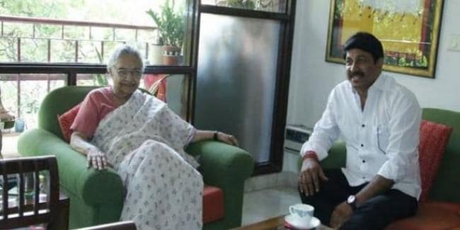 मनोज तिवारी पहुंचे शीला दीक्षित के घर, आशीर्वाद लेकर साथ में पी चाय
