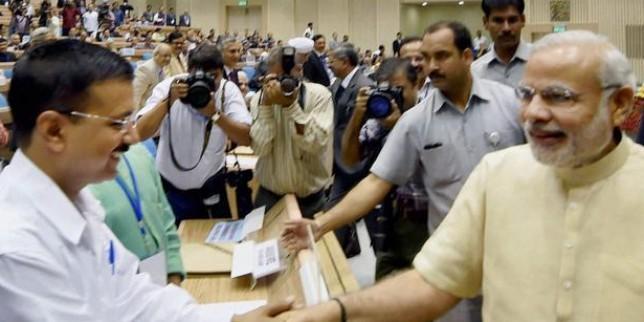 दिल्ली के सीएम अरविंद केजरीवाल ने दी पीएम नरेंद्र मोदी को जीत की बधाई