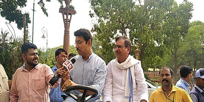 कर्नल राज्यवर्धन ने संसद भवन के स्वच्छता अभियान में भाग लिया