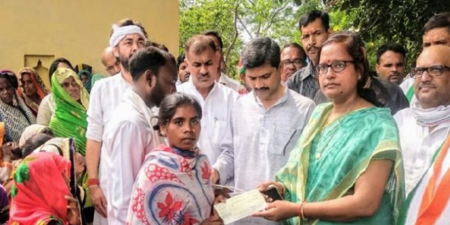 सोनभद्र हत्याकांड: प्रियंका गांधी ने पूरा किया वादा, पीड़ित परिवारों को दिए 10-10 लाख रुपये के चेक