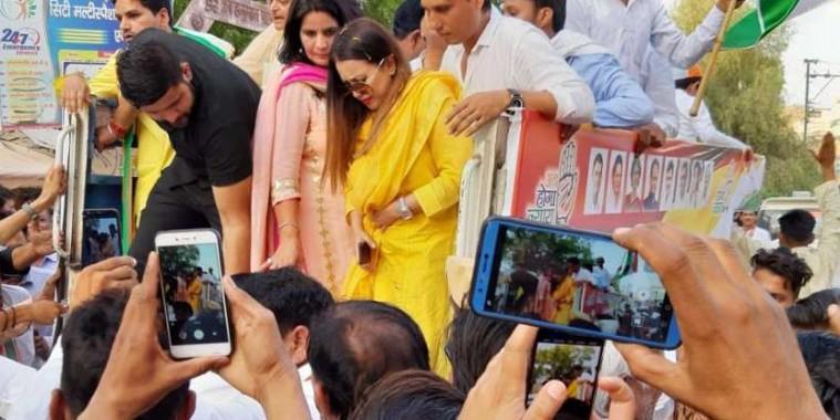 कांग्रेस प्रत्याशी के समर्थन में रोड शो कर रहीं बॉलीवुड अभिनेत्री महिमा चौधरी चोटिल
