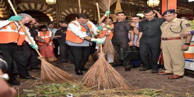 CM Devendra Fadnavis participates in Swachhta Abhiyan on occasion of Gandhi Jayanti