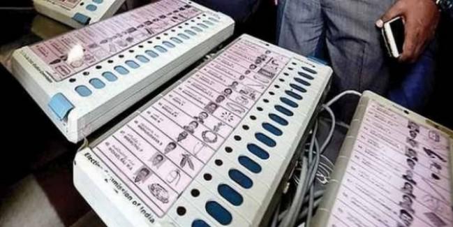कांग्रेस का आरोप- महाराष्ट्र में धीमे काम कर रही EVM, चुनाव आयोग से शिकायत