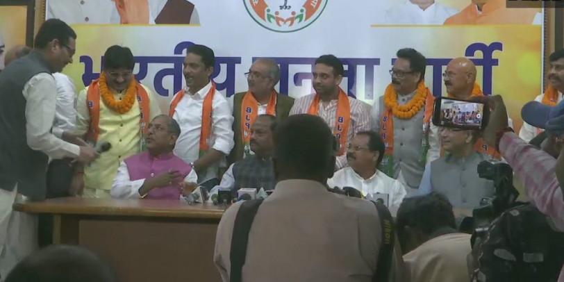 झारखंड में कांग्रेस-झामुमाे के 6 विधायक बीजेपी में शामिल हुए