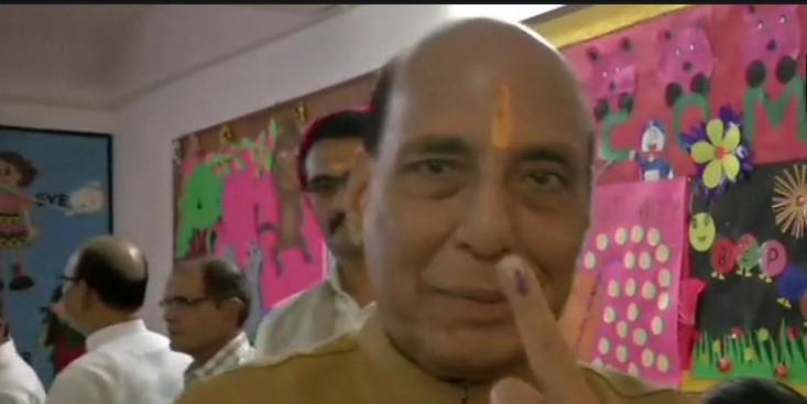 मंत्रियों ने किया मतदान, राजनाथ सिंह बोले- पूर्ण बहुमत मिलेगा