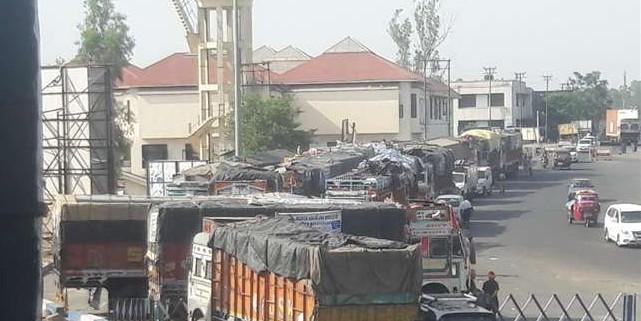 श्री अमरनाथ श्राइन बोर्ड की अनुमति के बावजूद प्रशासन ने लंगर वाहन लखनपुर में रोके