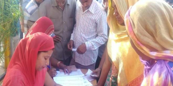 गांव असावटी के कड़ी सुरक्षा के बीच शुरू हुआ मतदान, किसी को मोबाइल ले जाने तक की नही अनुमति