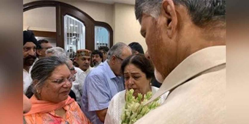 Chandrababu Naidu offers tributes to Arun Jaitley in Delhi