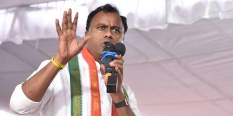 Cong. cadre raise slogans against Rajagopal Reddy