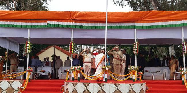 दुमका में राज्यपाल द्रौपदी मुर्मू ने किया झंडोत्तोलन, कहा- बदलते झारखंड, बढ़ते झारखंड की चर्चा चारों ओर