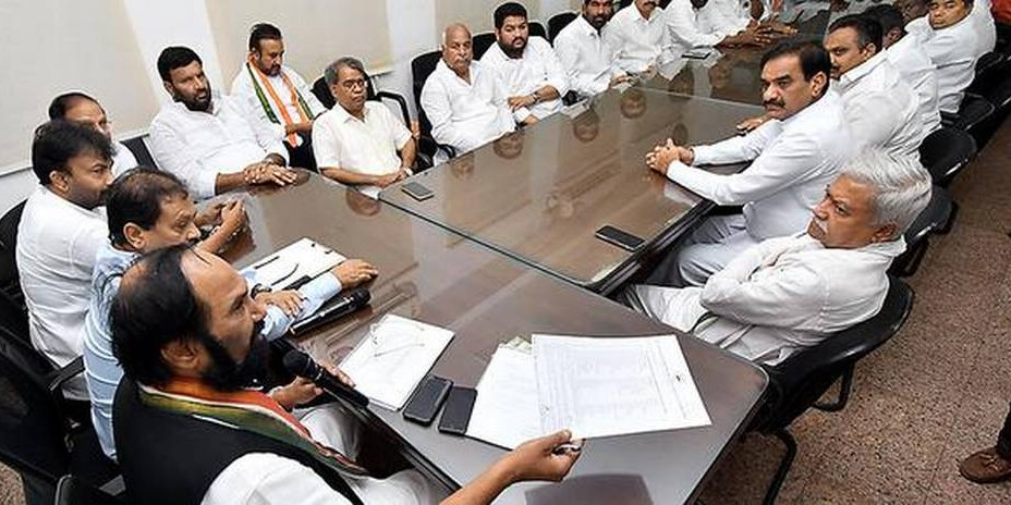 T Congress leaders stage 'deeksha', ask Rahul to stay