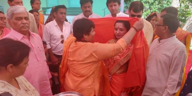 चुनाव मैदान में उतरीं हमनाम प्रत्याशी को मनाने उसके घर पहुंचीं साध्वी प्रज्ञा ठाकुर, मनाकर स्वागत किया