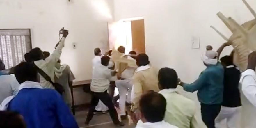 'नेता जी' जुटे थे हार की समीक्षा करने, कार्यकर्ताओं ने दौड़ा-दौड़ाकर पीटा