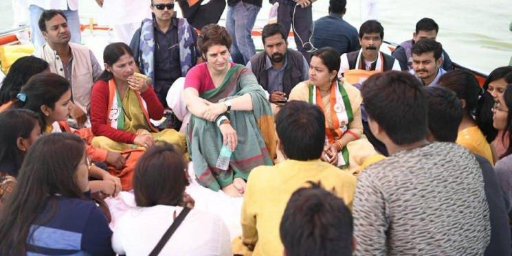 सोनभद्र जा रहीं प्रियंका गांधी का रोका गया काफिला, धरने पर बैठीं