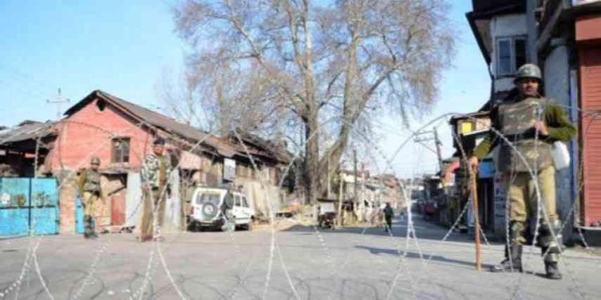 ख़तरनाक मोड़ पर कश्मीर, स्थानीय लोग बन रहे हैं आतंकवादी