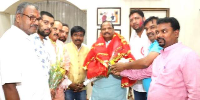 श्री महावीर मंडल रांची के पदाधिकारी CM रघुवर से मिले, जुलूस में शामिल होने की अपील की