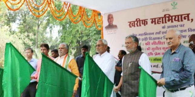 मुख्यमंत्री ने खरीफ महाभियान रथ एवं बीज वाहन विकास वाहन रथ को हरी झंडी दिखाकर किया रवाना